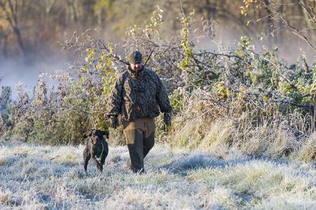 Hunter en zijn hond Stockfoto - 52560607