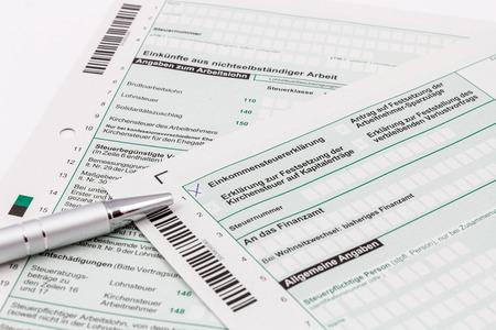 Form der Einkommensteuererklärung mit Kugelschreiber Standard-Bild - 34984162
