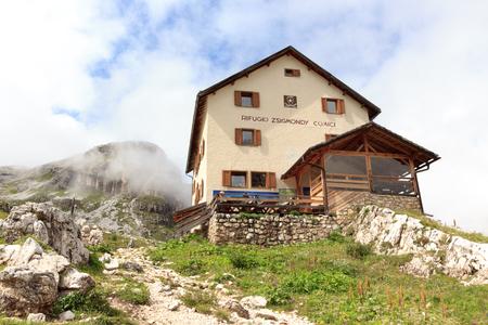 Alpine Hut Zsigmondyhutte in Sexten Dolomites, South Tyrol, Italy Stock Photo
