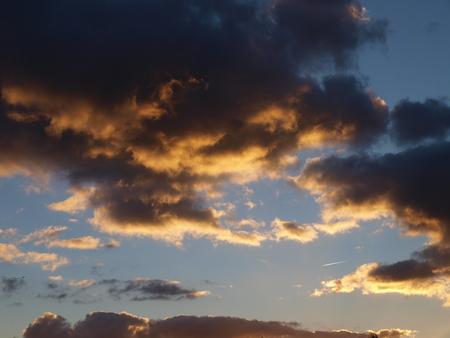 dunkle Wolken im Abendhimmel