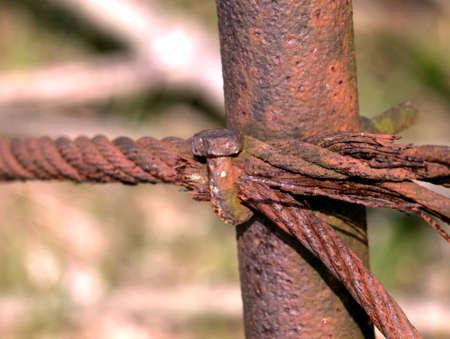 mit: Absperrung mit Stahlseil