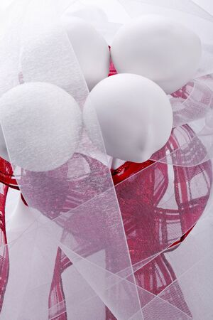 cakepop blanco dulce con la decoraci�n roja de la boda photo
