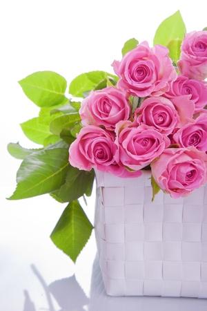 giftbasket: boeket van roze rozen in een geschenkmand