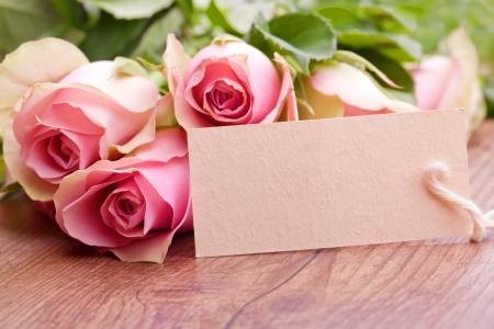 flores de cumpleaños: rosas de color rosa con tarjeta de regalo