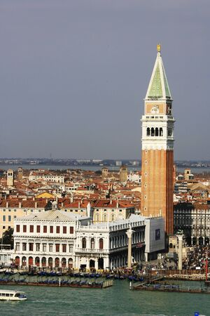 tourismus: Hafeneinfahrt der Stadt Venedig, Italien,