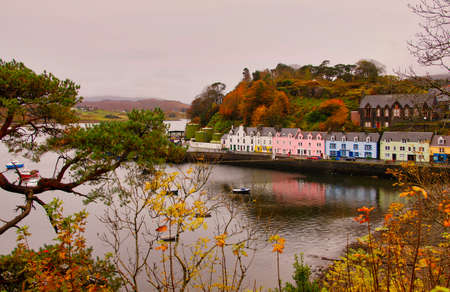 The beautiful harbor of Portree, Isle of Skye, Scotland Stockfoto