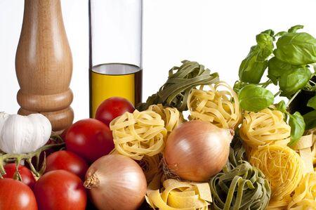 Ingridience voor pasta met groenten in een studio met een witte achtergrond