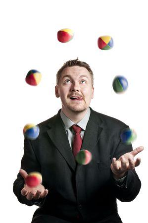 Un uomo d'affari giocoleria palline su sfondo bianco