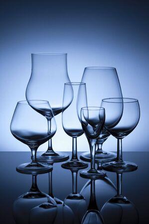Zes glazen op glasoppervlak met blauwe achtergrondverlichting gelled flitser.