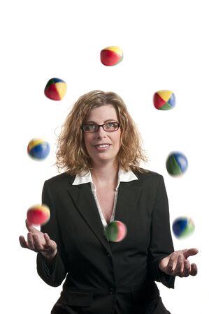 Een zaken vrouw jongleren ballen op witte achtergrond