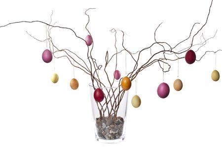 Gekleurde eieren op Pasen boom vestigingen in vaas