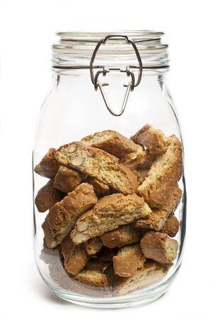 Een potje van biscotti op witte achtergrond