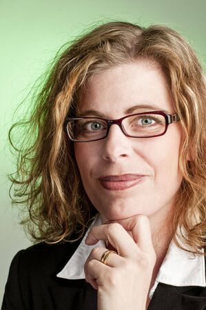 Aantrekkelijke zakelijke vrouw op groene achtergrond