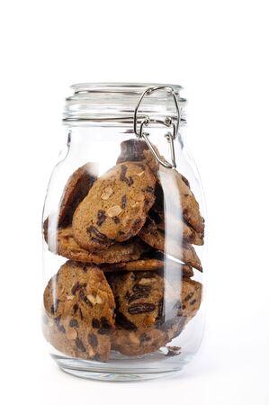Een glazen pot vol van cookies op witte achtergrond Stockfoto