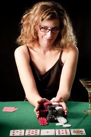 Vrouw doet alles-in het spelen van poker