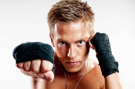 Close-up op mannelijke kickboxer punshing isoleted op witte achtergrond Stockfoto