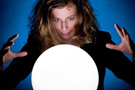 adivino: Una mujer de negocios, mirando hacia el futuro en una bola de cristal