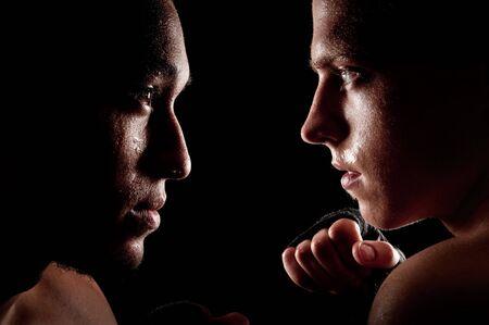 Twee vechters geconfronteerd met elkaar op zwarte achtergrond Stockfoto
