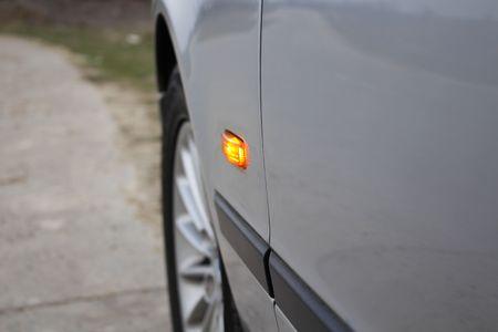 flashers: Coche con luces de emergencia est� esperando en la carretera