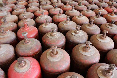 gas cylinder: Filas de cilindros de gas