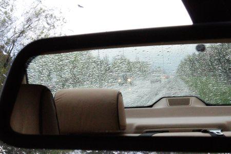 retrovisor: Coche Espejo retrovisor con luces de un coche en la lluvia