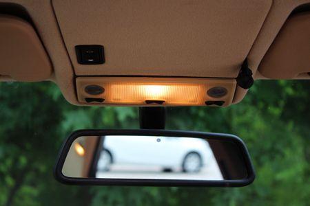 조명이있는 자동차 백미러 스톡 콘텐츠