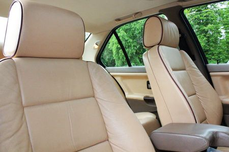 upper class: Front cream leather vehicle seats