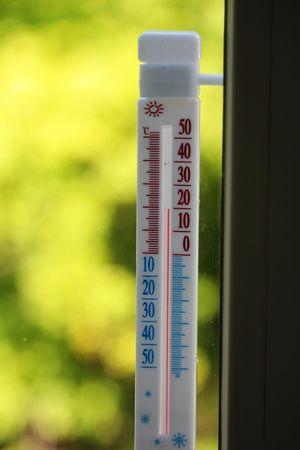 창문에 야외 온도계