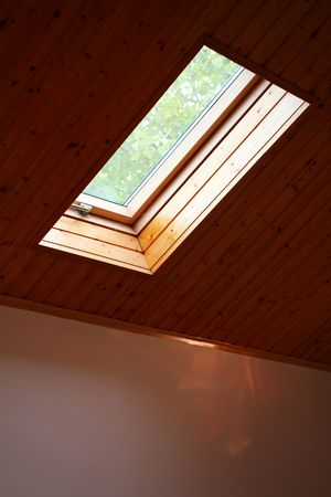 지붕 채광창 나무 창 스톡 콘텐츠