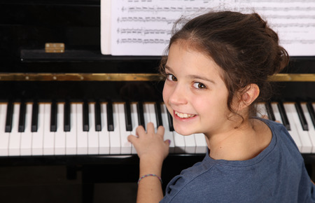어린 소녀 피아노 연주 스톡 콘텐츠