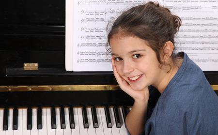 piano: Niña tocando el piano