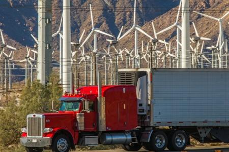 Truck in USA vor Windkraftwerk