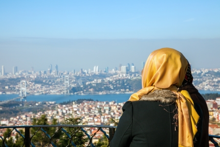 prayer tower: Donna velata guardando Istanbul