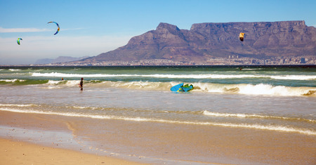 kite surfing: Kitesurfer on the Blouberg beach with a view of the Table Mountain Stock Photo