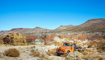 米国テキサス州エル ・ パソで砂漠で旧型けん引自動車