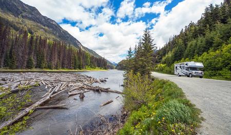 Driftwood in Majestic Mountain Lake British Columbia Canada Standard-Bild - 111066136