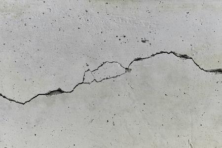 긴 균열이있는 콘크리트 벽 스톡 콘텐츠