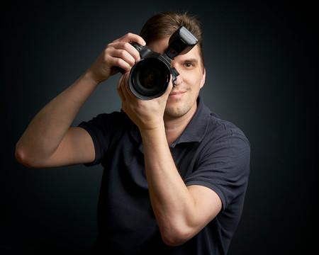 Photographe masculin prenant une photo juste devant vous Banque d'images