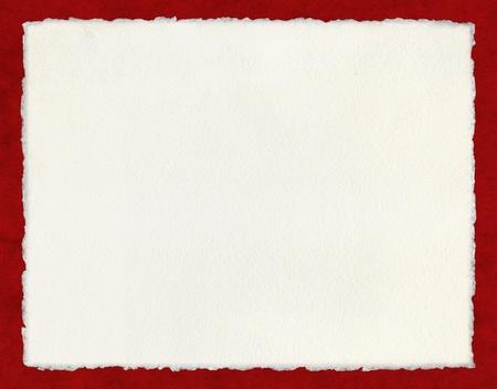 Papier aquarelle avec des bords barbés vrais sur un fond rouge.  Le fichier inclut un tracé de détourage.