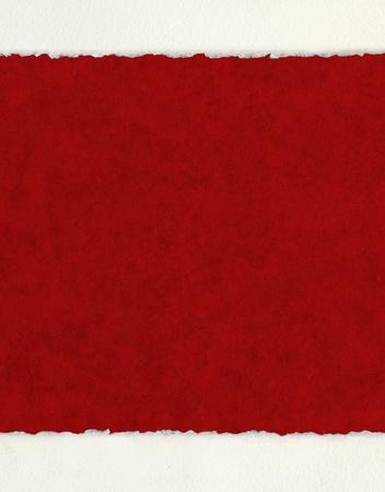 Een gestructureerde rode achtergrond met deckled aquarel papier randen. Stockfoto