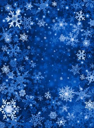 Witte en blauwe sneeuwvlokken op een donker papier achtergrond.
