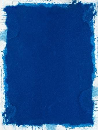 Een grungy blauwe achtergrond met een ongelijke witte rand.
