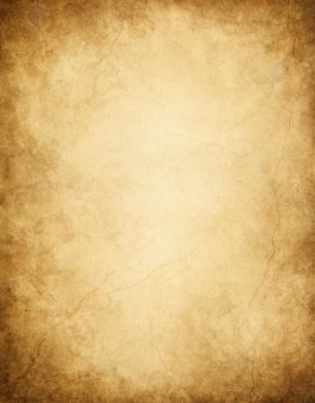 gebrannt: Altpapier mit dunklen Kanten, Flecken und Risse.