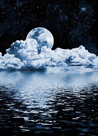 Der Mond-Einstellung über Wolken und Wasser mit Reflexen. Standard-Bild