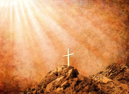 grunge cross: Una vecchia croce di legno cristiana con la luce spirituale su uno sfondo con texture di carta marrone.