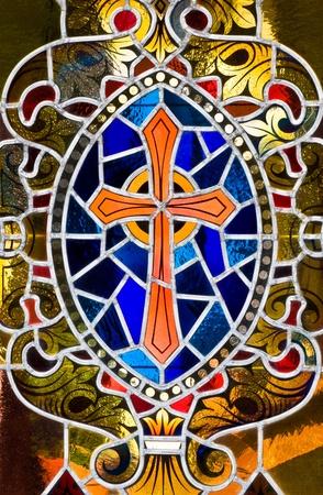 cruz religiosa: Una interpretación de vitrales de una cruz.