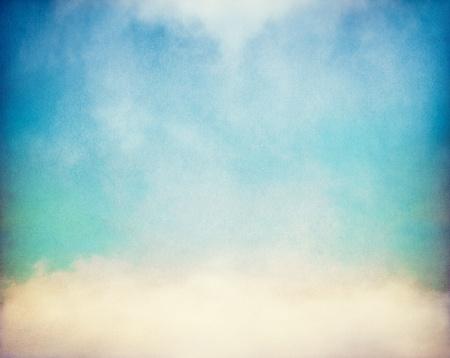 Mist en wolken op een vintage, geweven papier achtergrond met een kleur verloop.