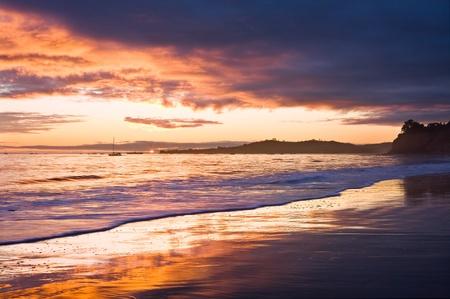 サンタ ・ バーバラ、カリフォルニアで暗い嵐の雲が夕日。