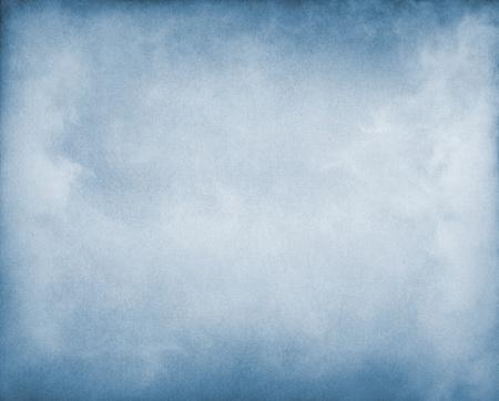 vignette: Le brouillard et des nuages ??sur un fond de papier bleu. Image affiche un grain et la texture du papier agr�able � 100%. Banque d'images