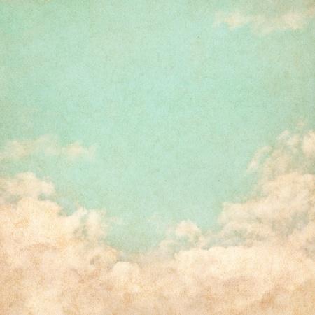 vintage: Небо, туман и облака на фоне старинных текстурированной бумаге с гранж пятнами. Фото со стока